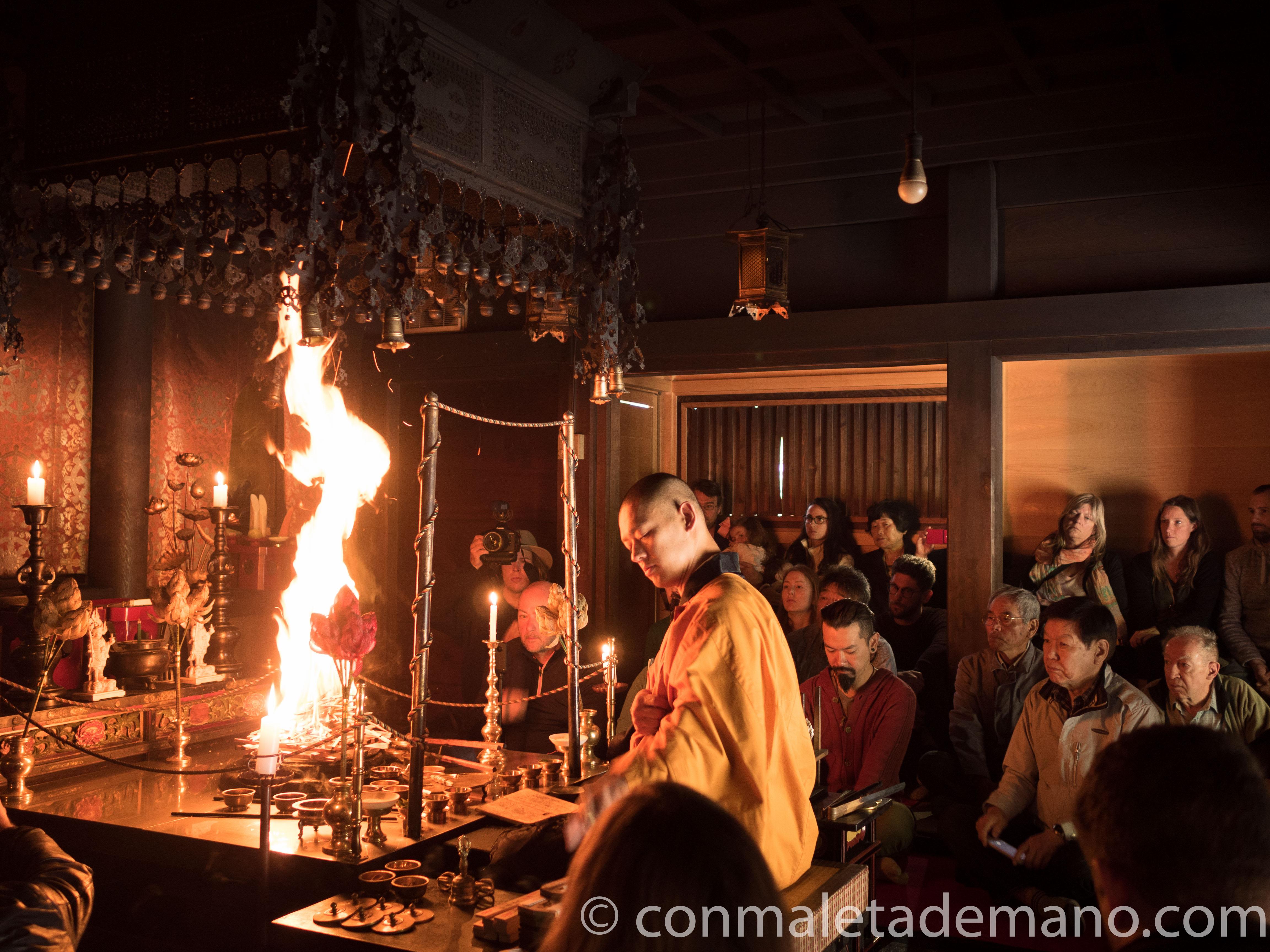 Ceremonia de fuego, en el Monasterio Eko-in