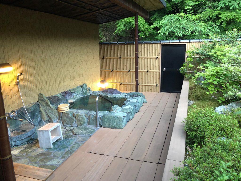 Hotel Kazurabashi. Onsen privado de la habitación
