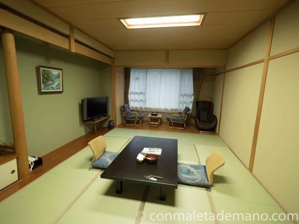 Hotel Kazurabashi. Habitación estilo japonés con onsen privado al aire libre