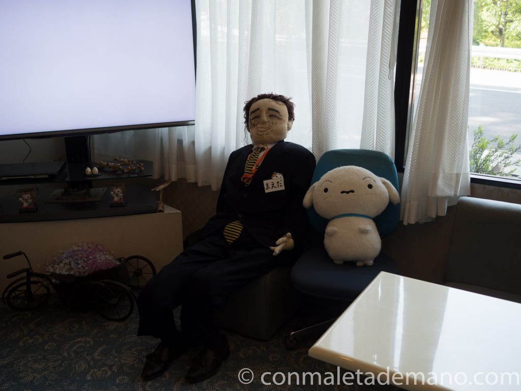 Muñecos de Nagoro en la salita del hotel