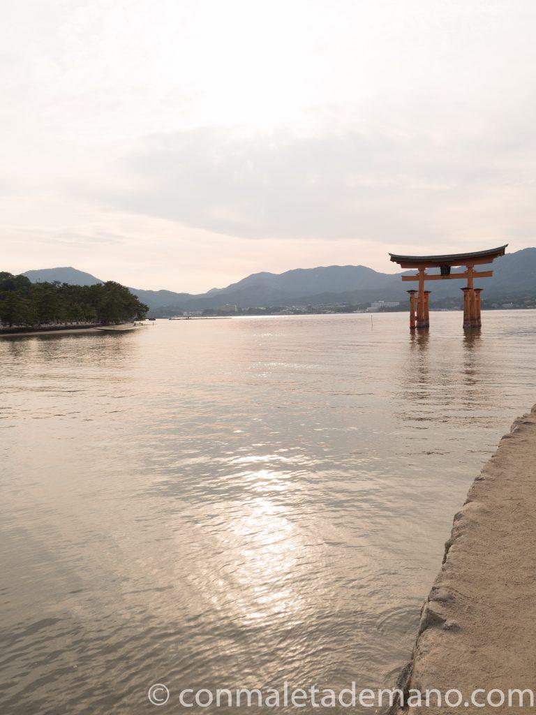 El famoso Torii flotante del santuario sintoísta Itsukushima