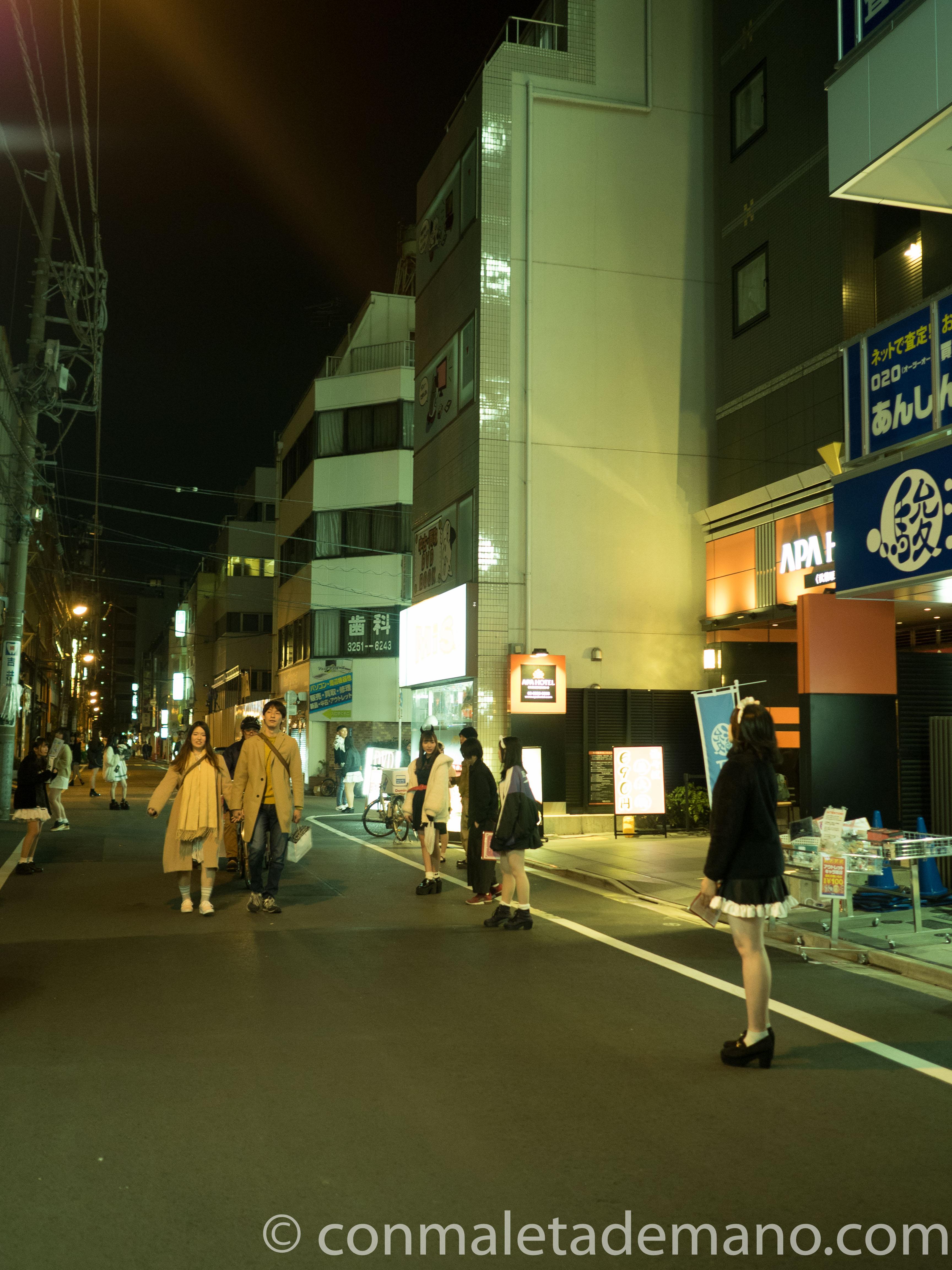 Maids repartiendo propaganda, en Akibahara