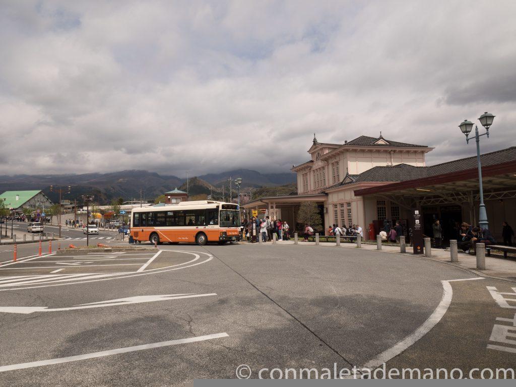 Parada de autobús, a la salida de la estación JR de Nikko