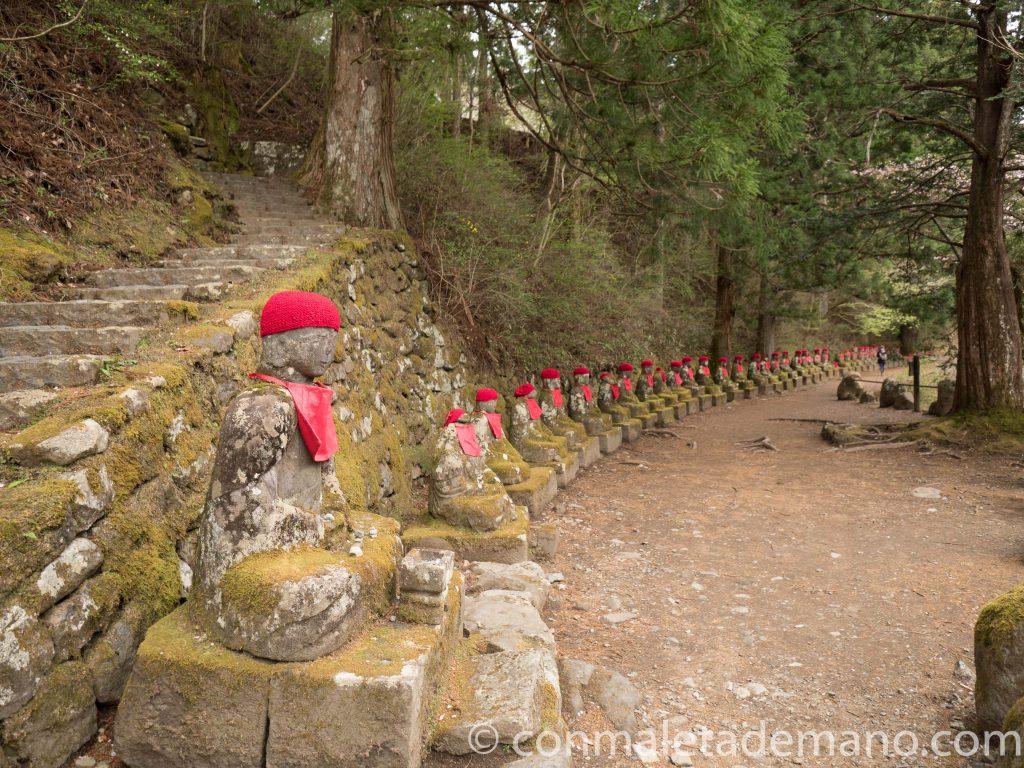 Jizos en el Abismo de Kanmanfaguchi, en Nikko