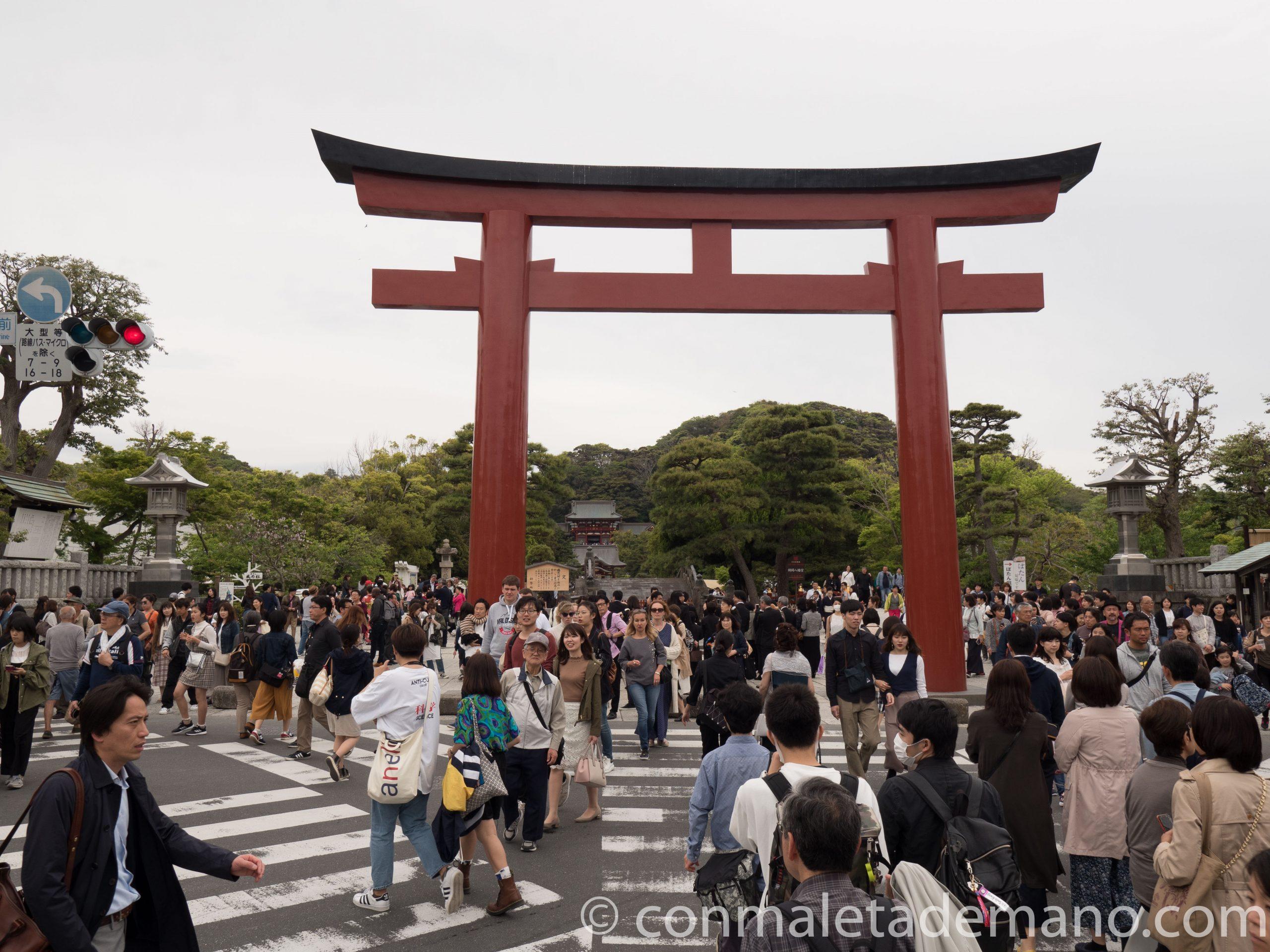 Torii de entrada al Santuario Tsurugaoka Hachimangu, en Kamakura