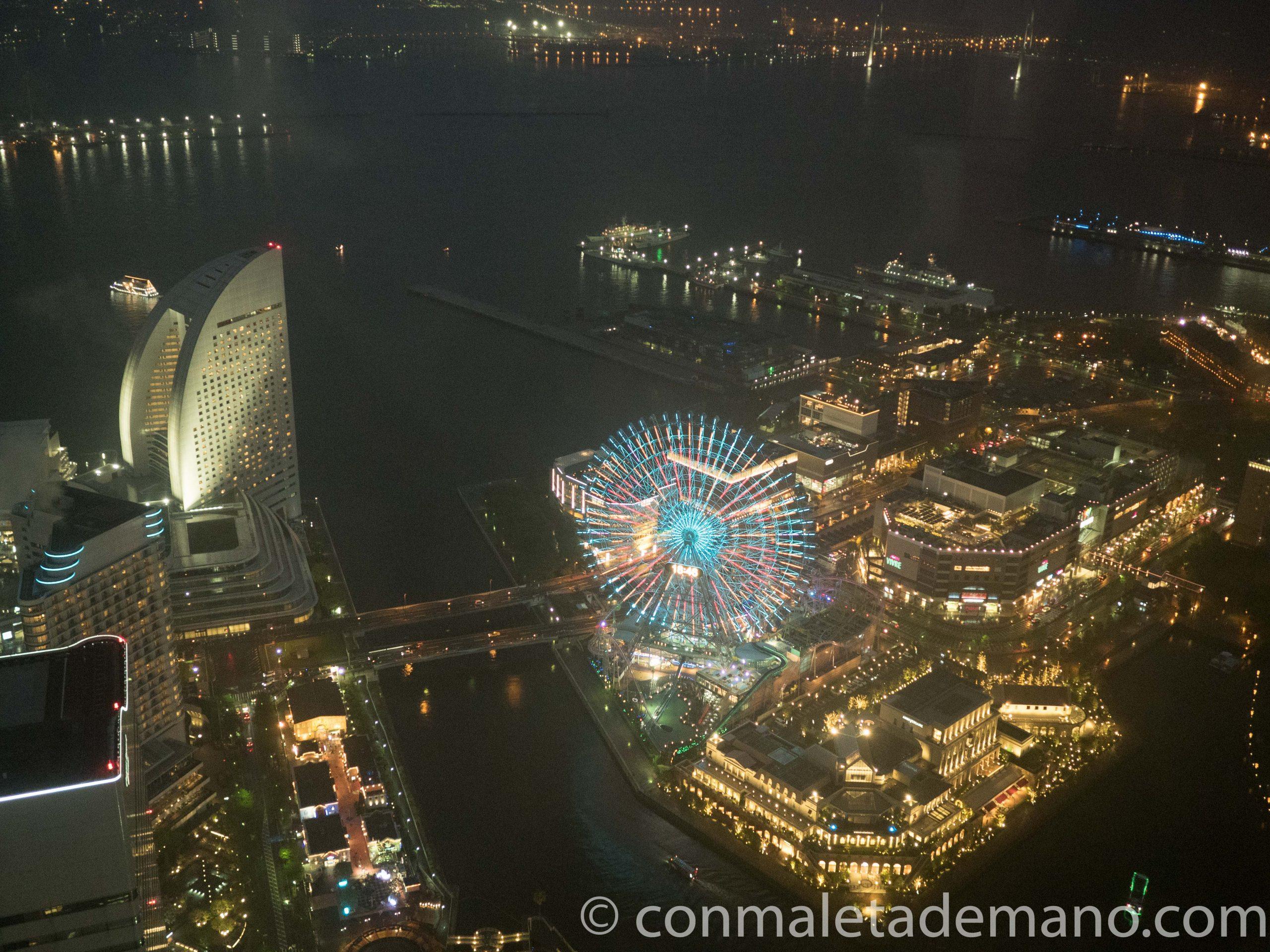 Vistas desde la Landmark Tower por la noche, con la noria multicolor