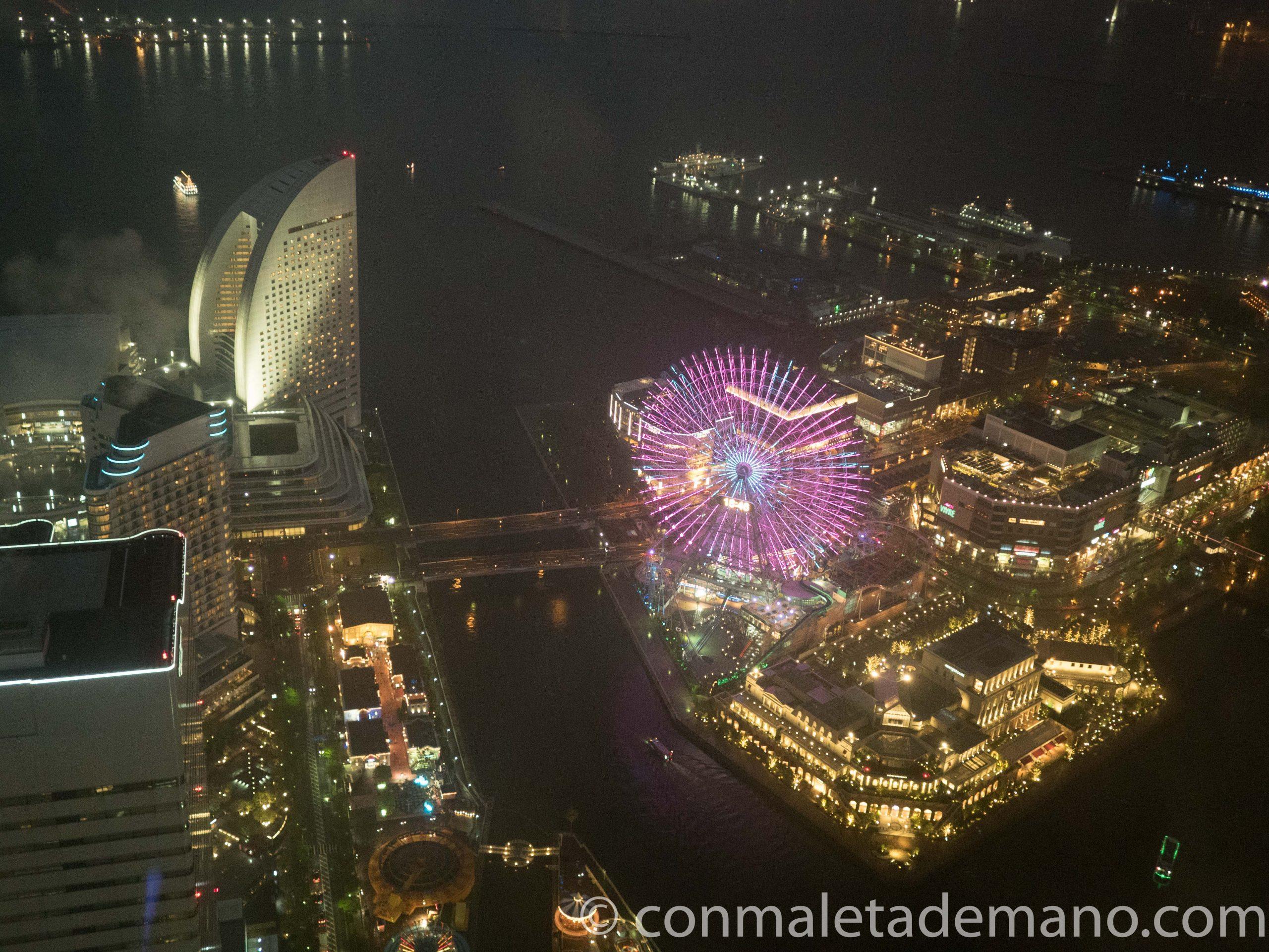 Vistas desde la Landmark Tower por la noche, con la noria fúcsia