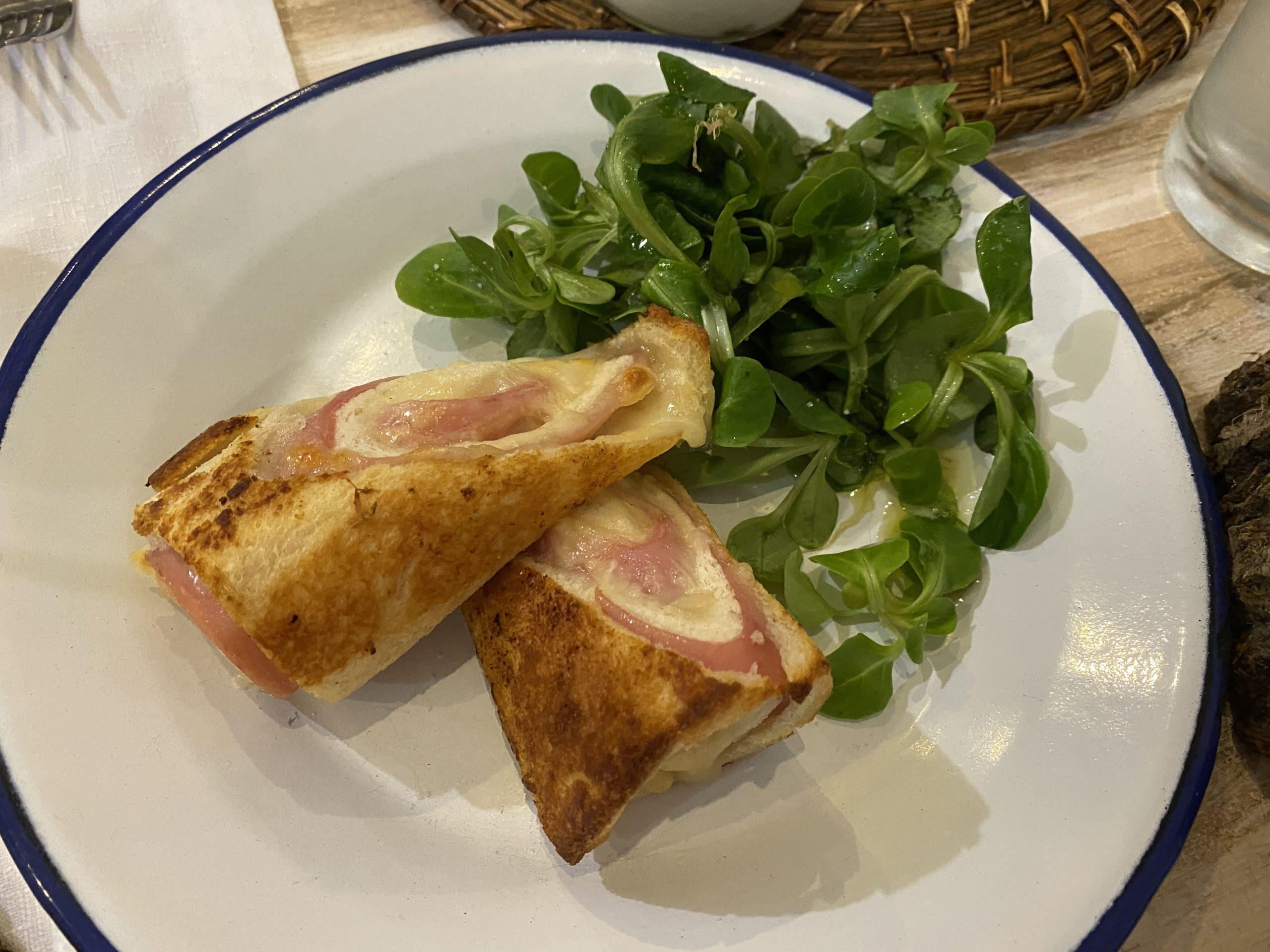Sandwich bikini con ensalada