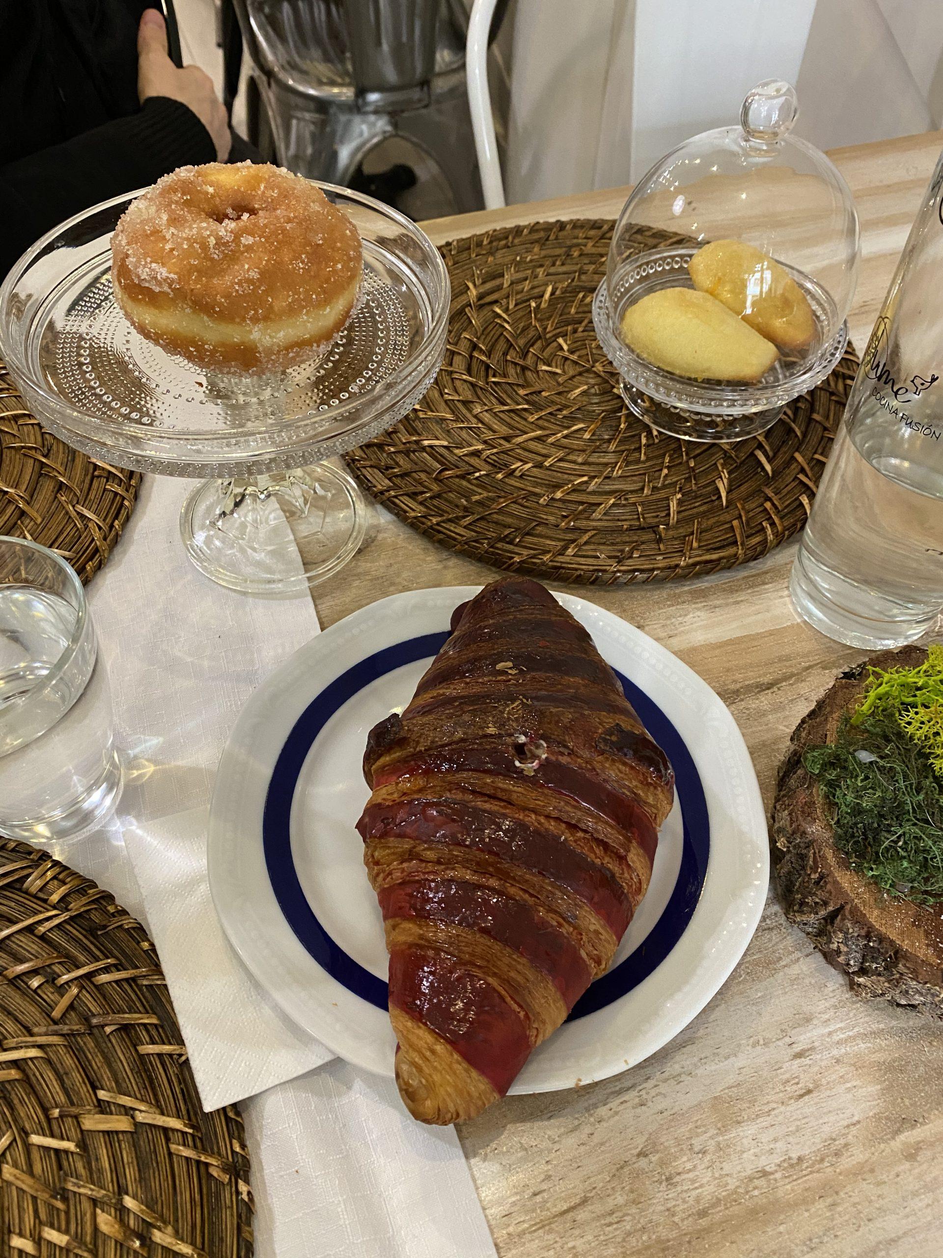 Croissant de frambuesa y mascarpone y berlina.