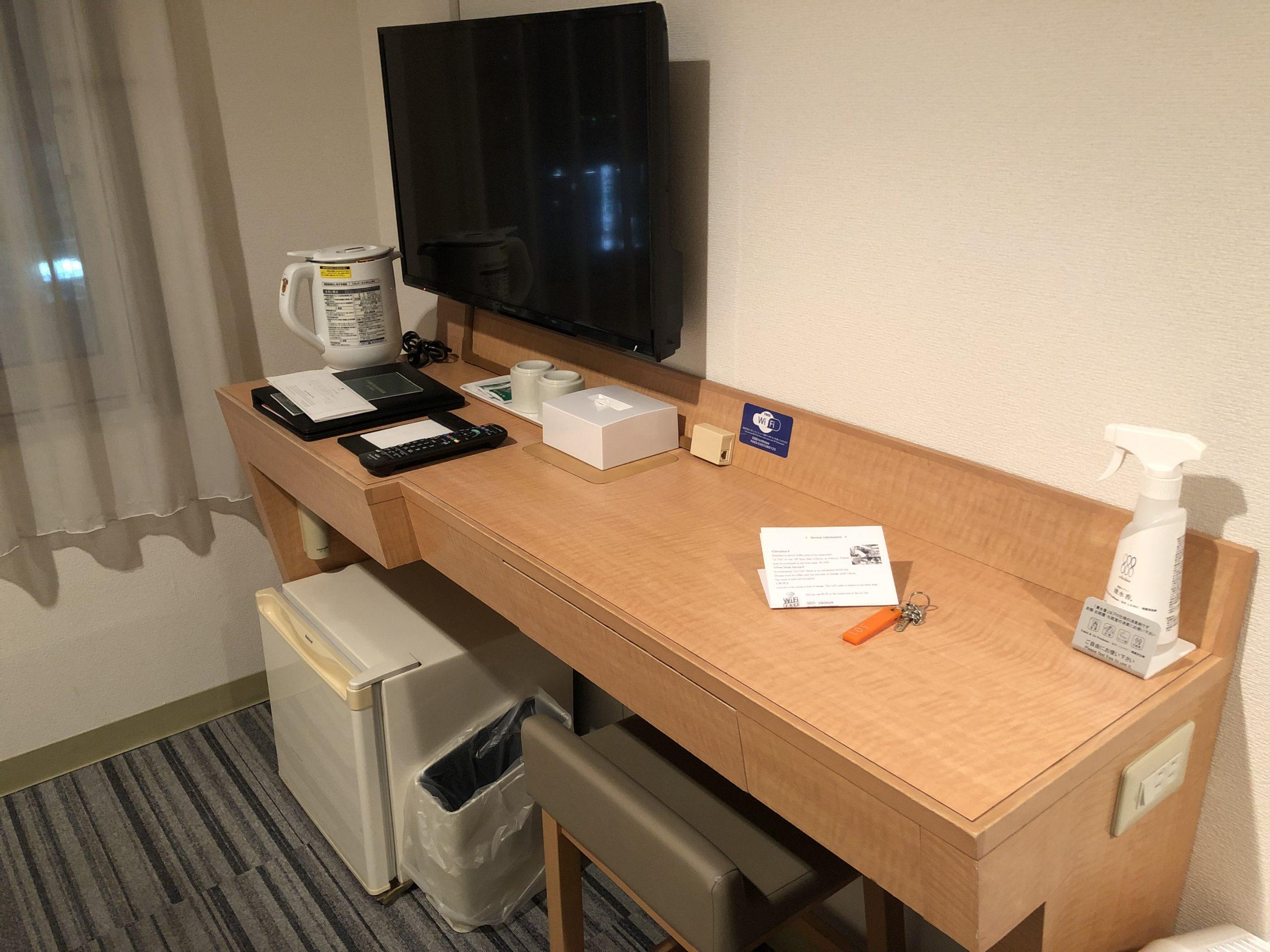 Escritorio en la habitación del Premier Hotel Cabin Matsumoto