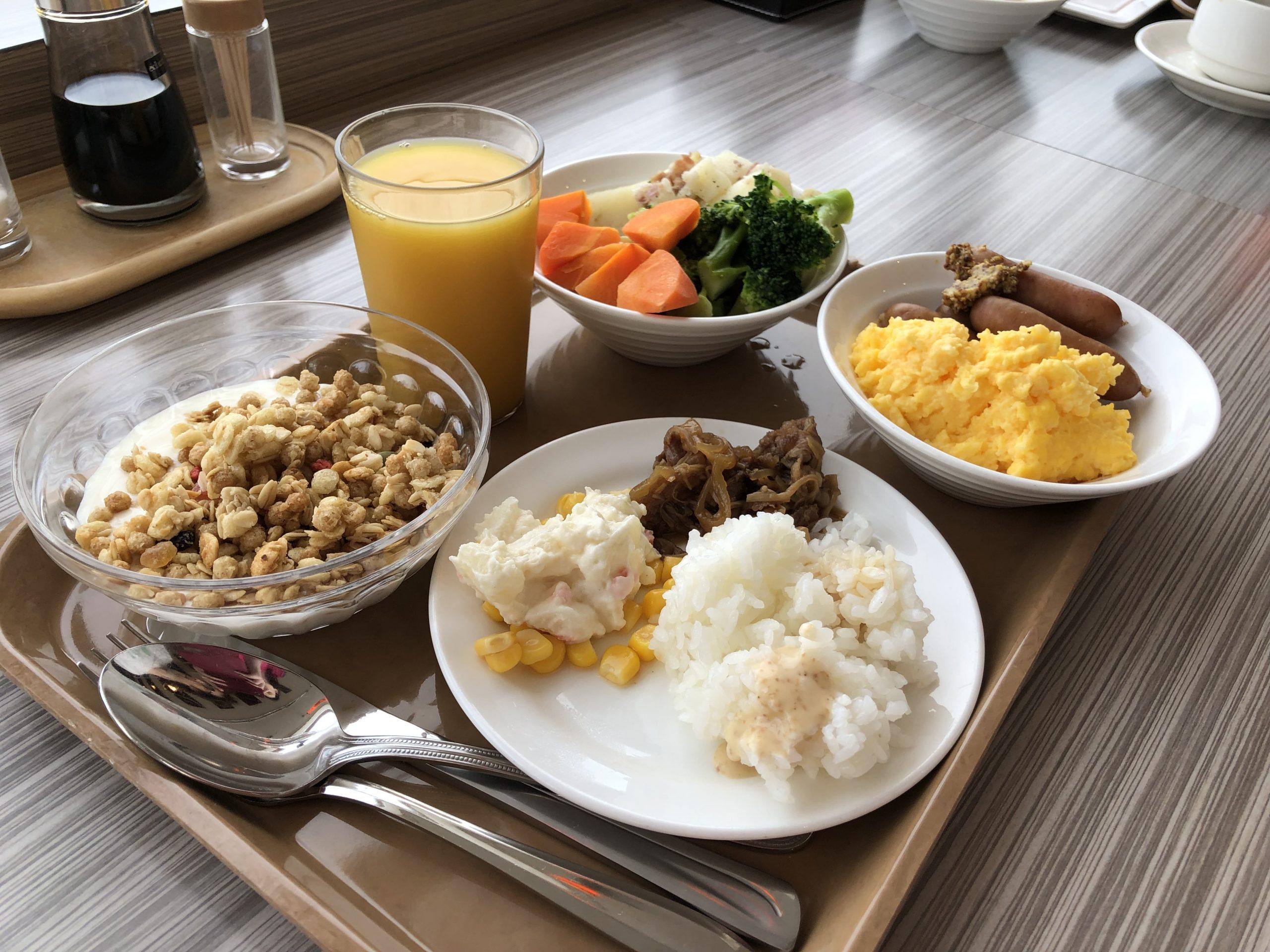 Bandeja en el buffet de desayuno