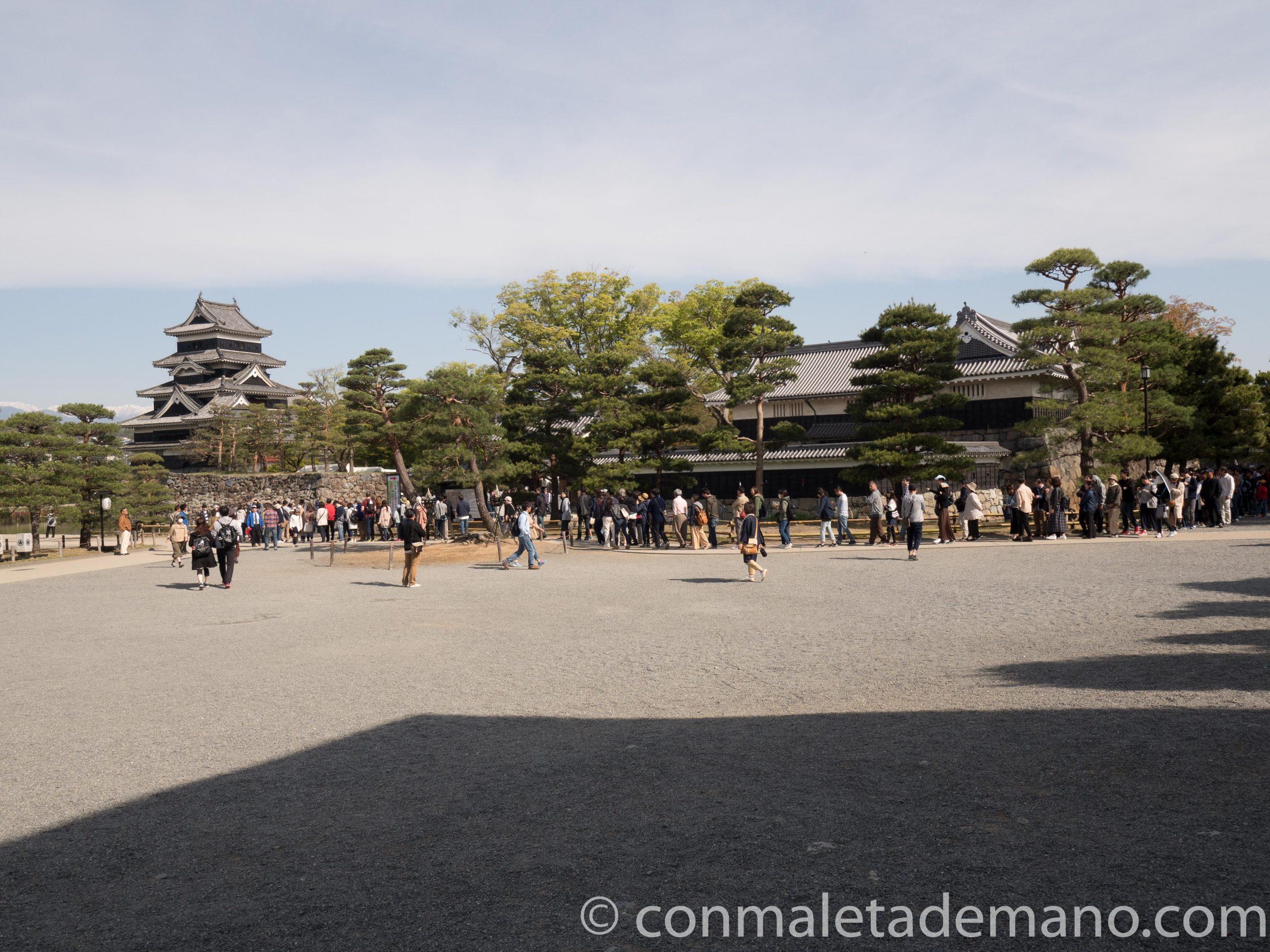 Cola de gente esperando para comprar los tickets del Castillo de Matsumoto