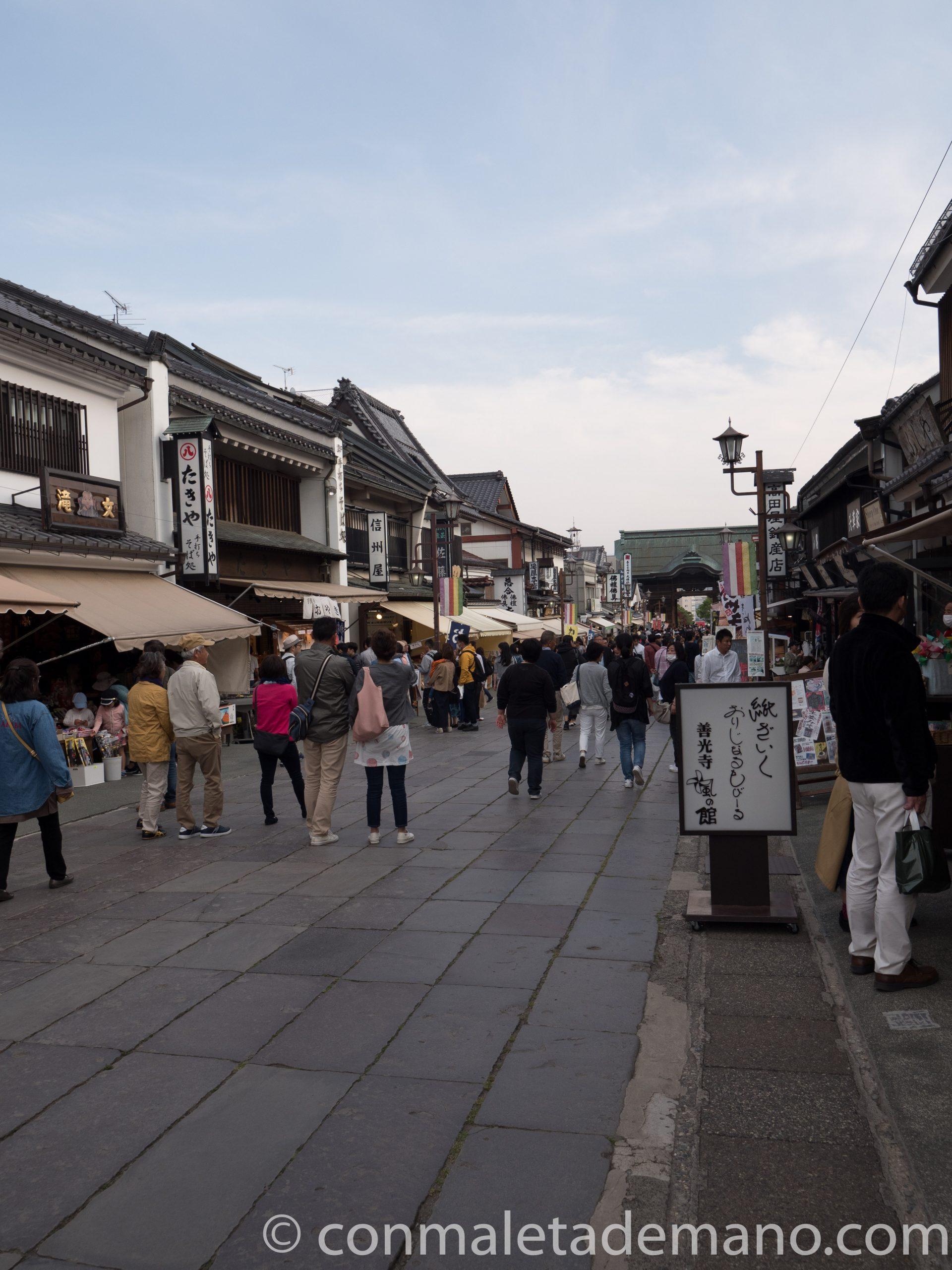 Animada calle que lleva al Zenkoji