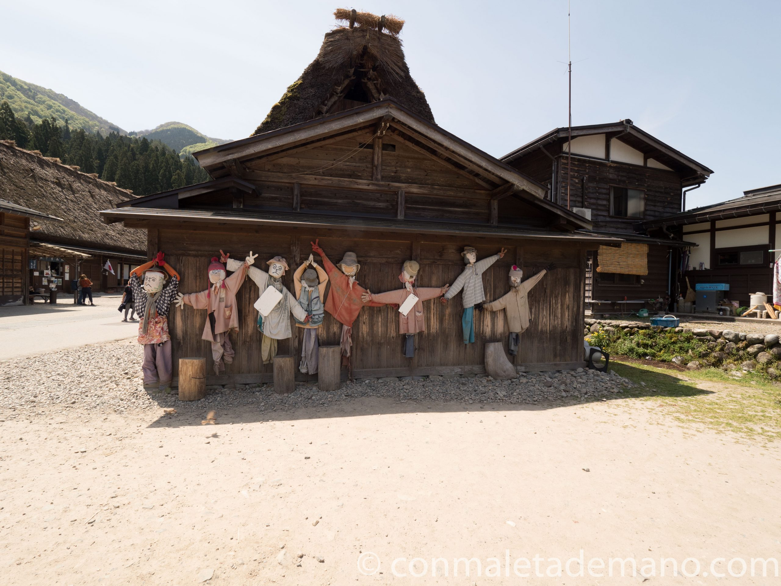 Simpáticos espantapájaros en Shirakawago