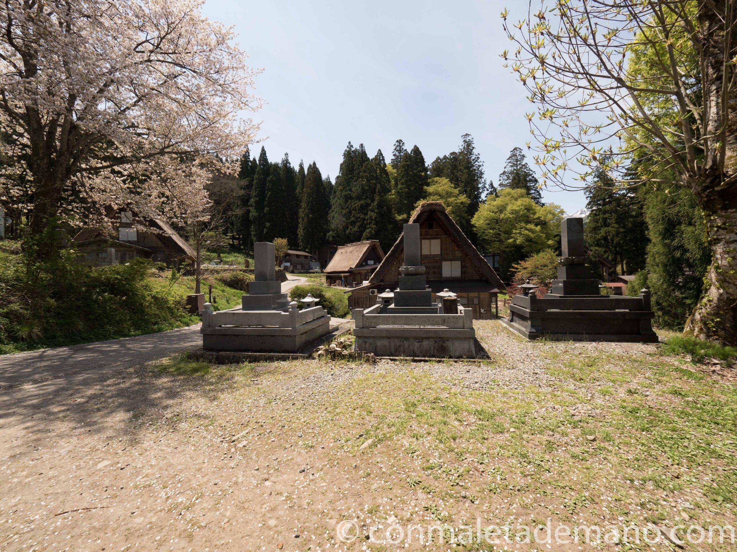 Pequeño cementerio en Shirakawago