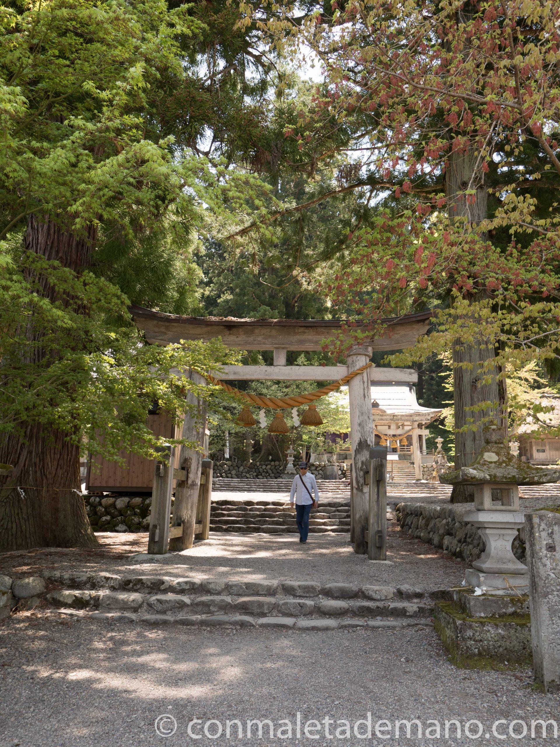 Torii de entrada a un templo, en Shirakawago