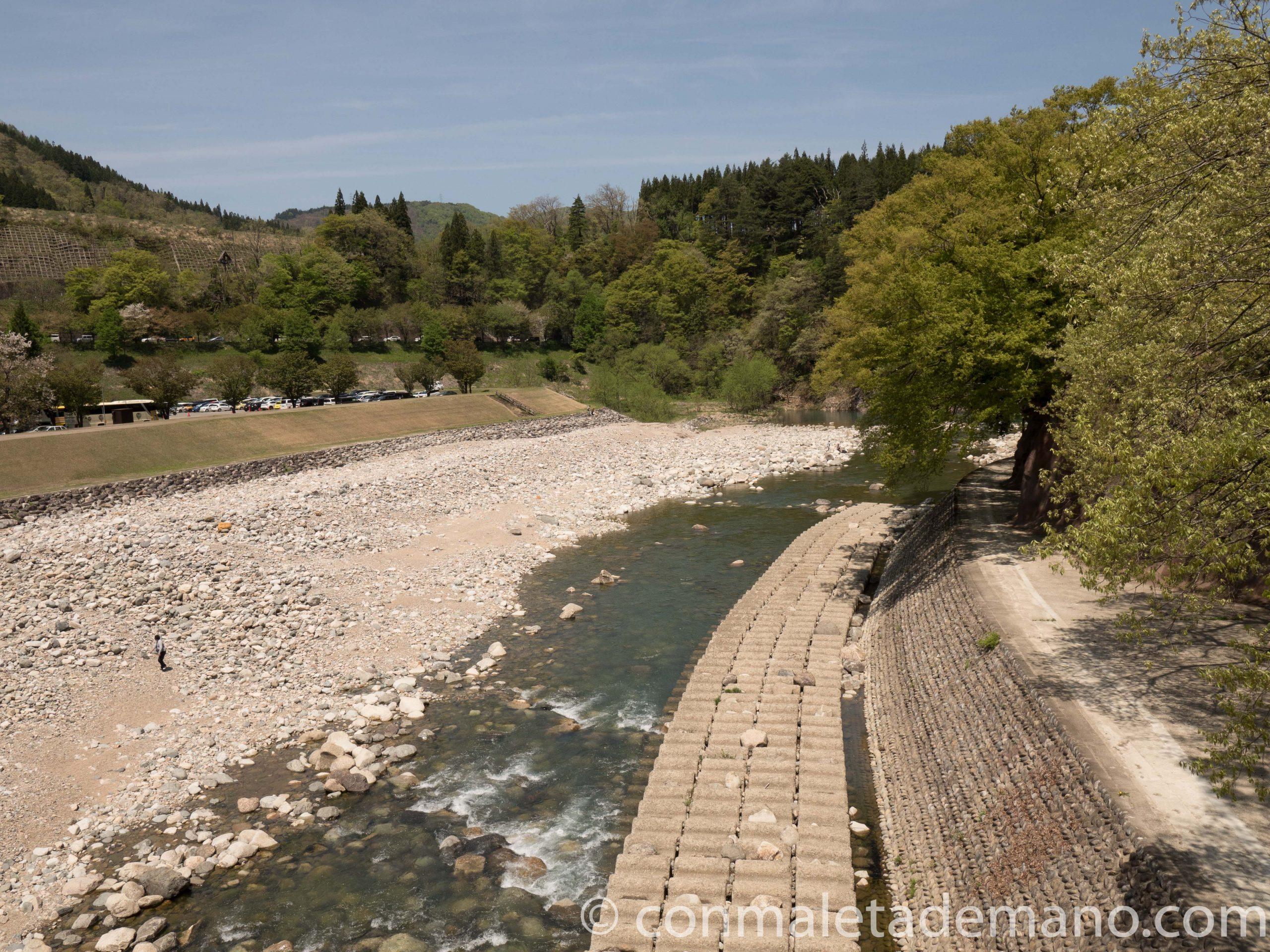 El río de Shirakawago, con poco caudal en esta época
