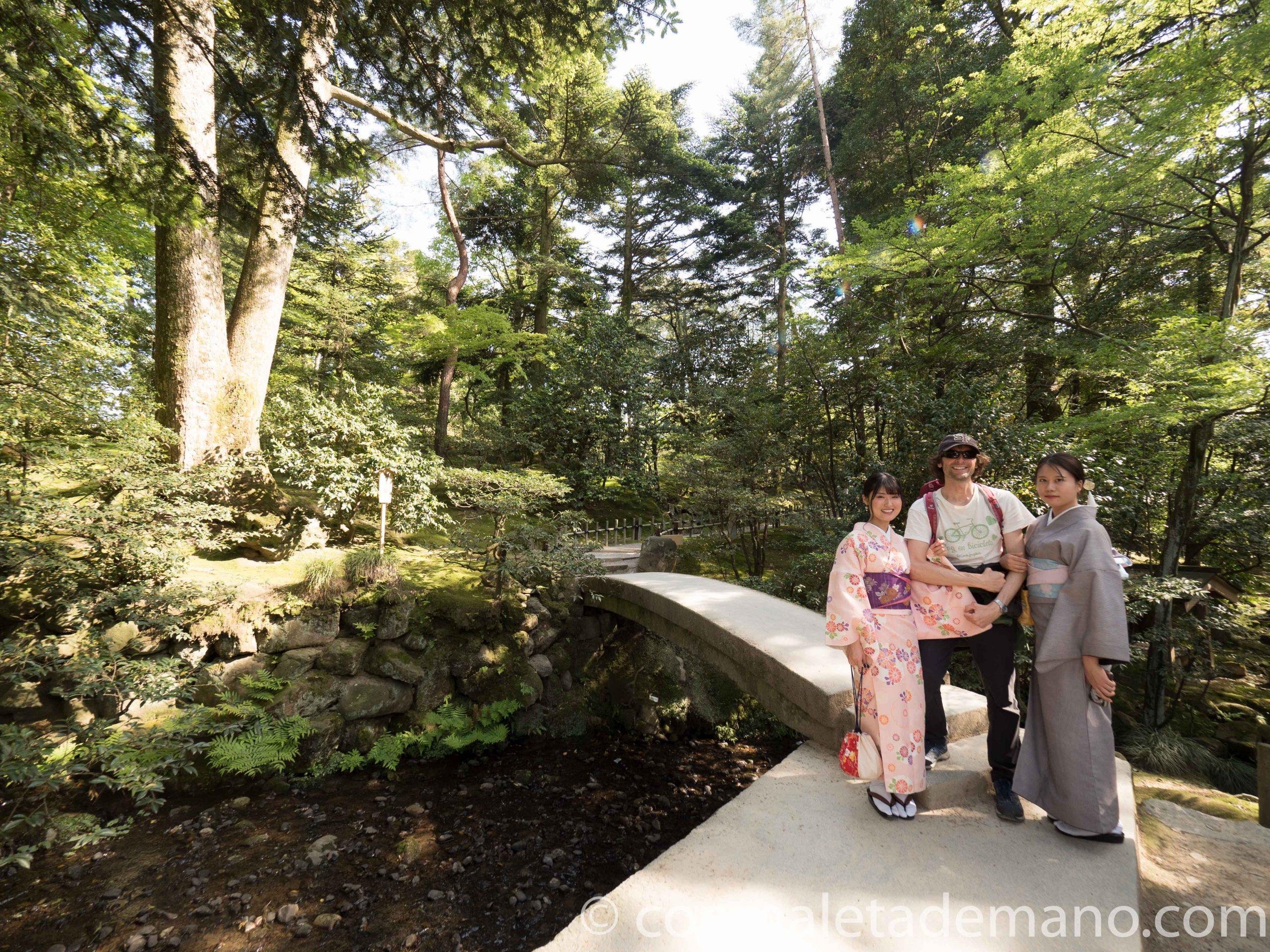Chicas con traje tradicional japonés, en los jardines Kenrokuen