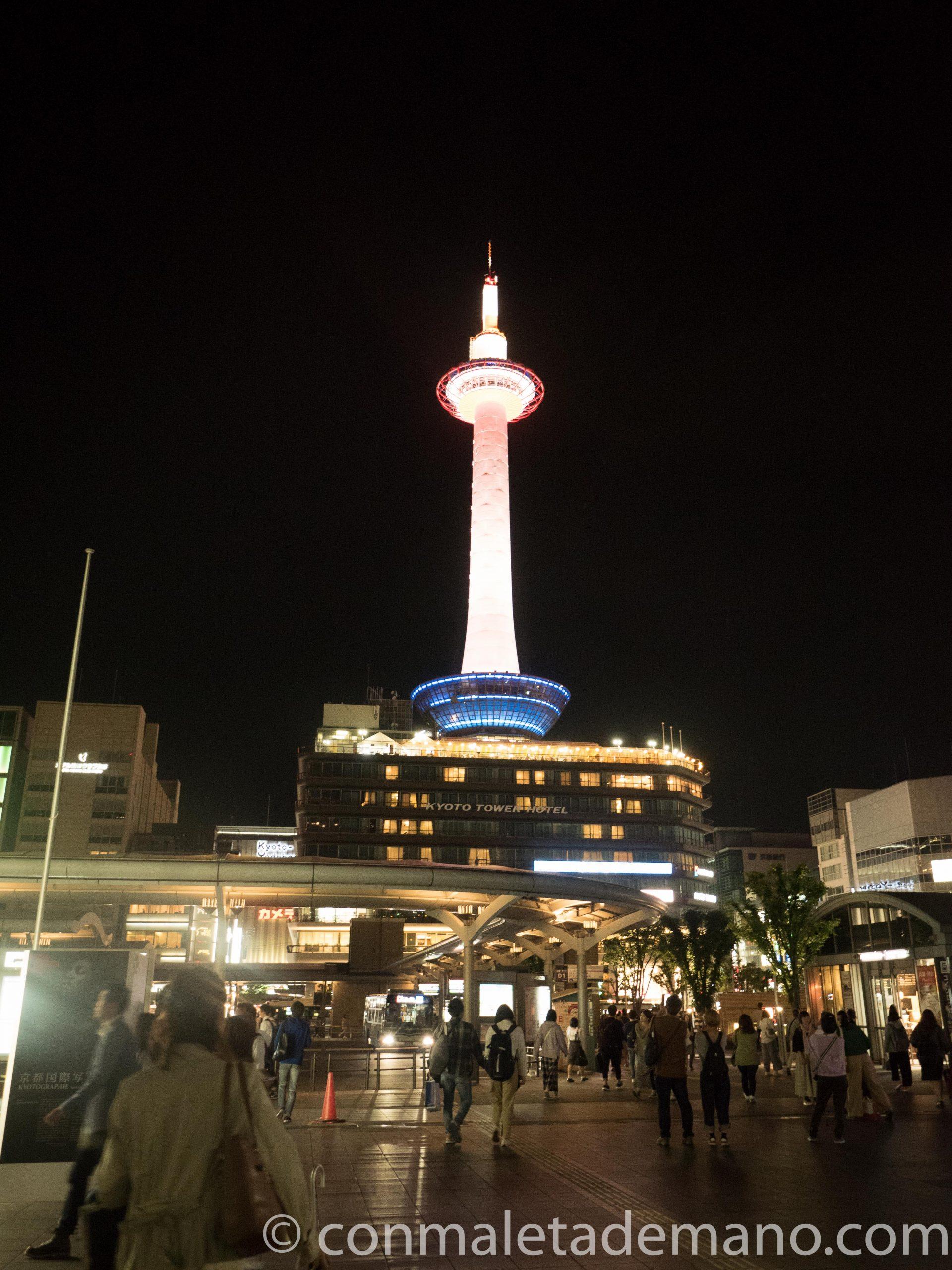 Torre de Kioto iluminada