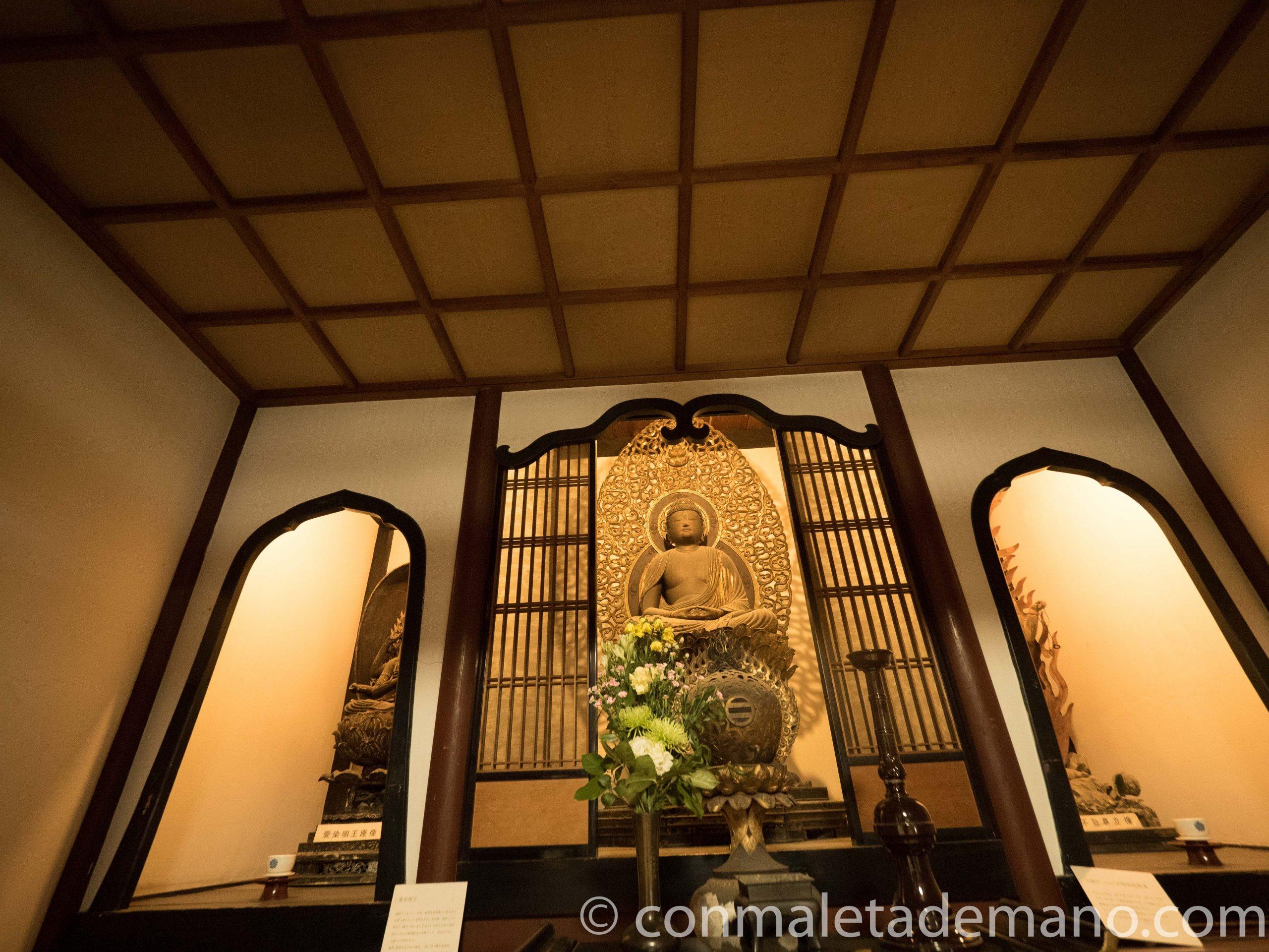 Buda en el interior del Templo Eikando