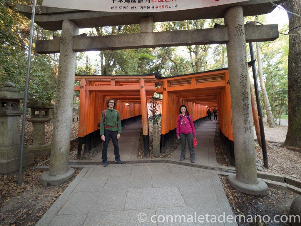 Iniciando el camino de toriis hacia la cima de la colina, en Fushimi Inari