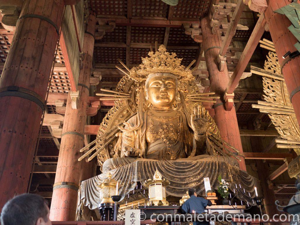 Uno de los Bodhisattva que están junto al Gran Buda de Nara