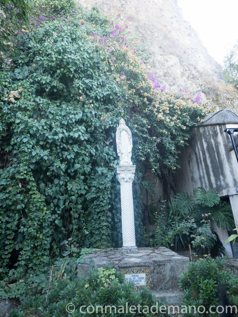 Escultura de la Virgen, junto al camino que sube al castillo, en Zahara de la Sierra