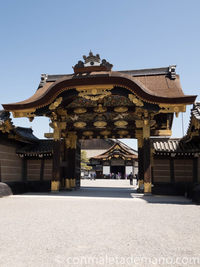 Puerta de entrada al recinto del Castillo Nijo, en Kioto, Japón