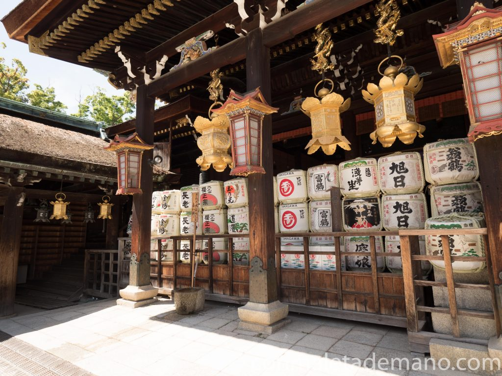 Faroles del edificio principal del Santuario Kitano Tenmangu, en Kioto, Japón