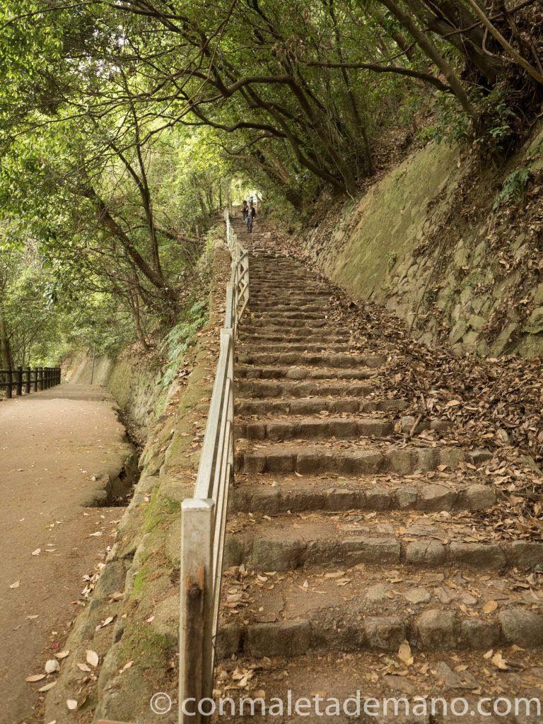 Escaleras que llevan a la cascada Nunobiki, en Kobe