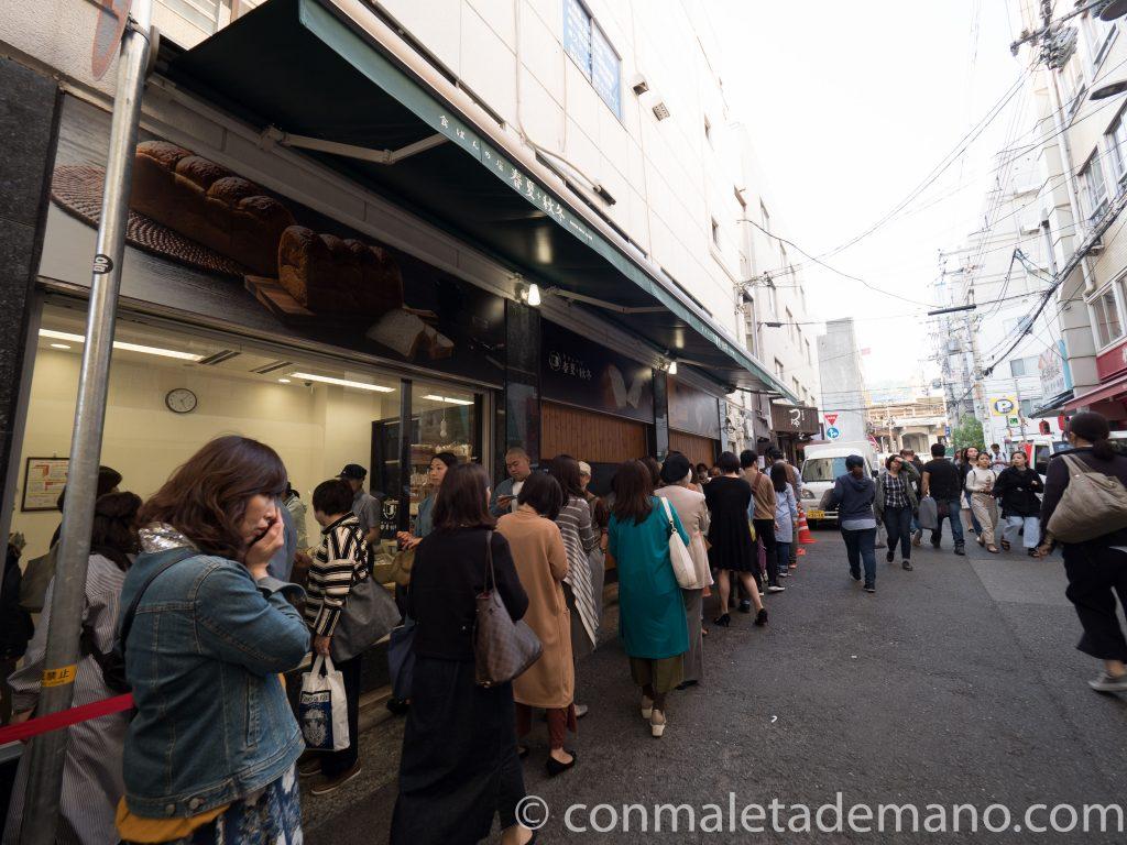 Gente haciendo cola en una panadería del Chinatown de Kobe
